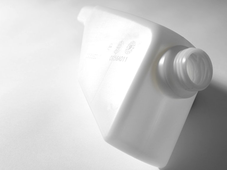 Kunststoffbehälter mit Seriennummer