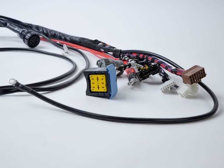 Leitungen mit Steckern montiert